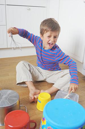 Kind mit ADHS trommelt auf Toepfen