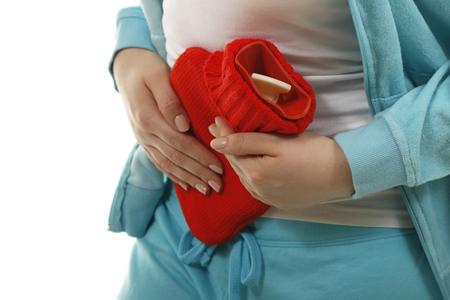 Schwangere mit roter Wärmflasche wegen Durchfall