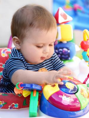 Baby spielt mit Spielsachen