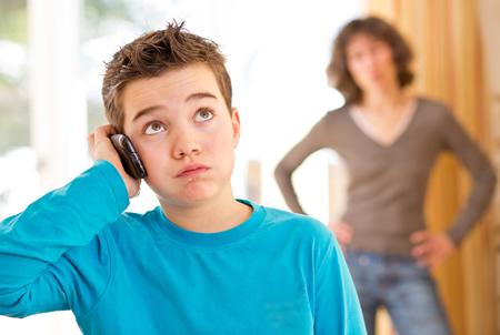 Erziehung ist schwer Kind telefoniert Mutter wuetend