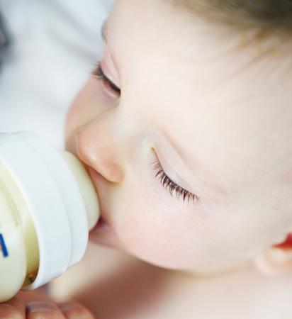 Baby trinkt aus Flaeschchen