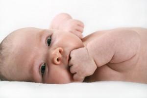 Baby untersucht seine Umgebung mit allen Sinnen
