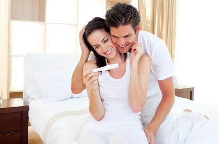 Wir sind schwanger Zukuenftige Eltern freuen sich ueber Schwangerschaftstest