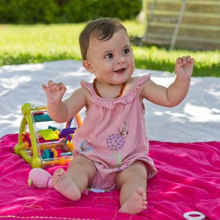 Baby geniesst sonnigen Sommertag im Schatten