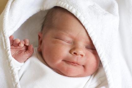 Baby schlaeft in Geborgenheit