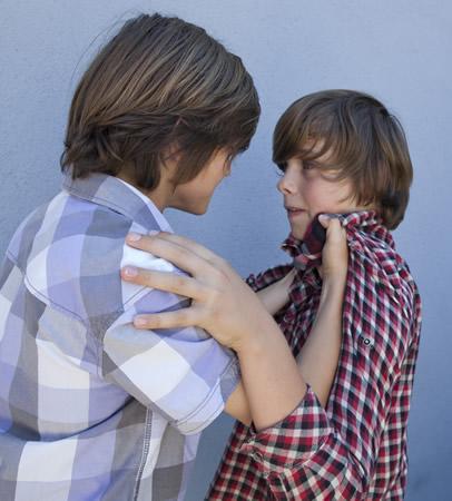 Kind mit agressivem Verhalten