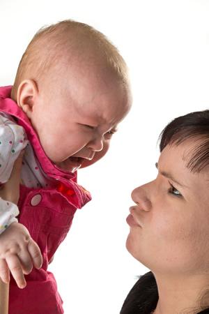 Mutter versteht nicht warum ihr Baby schreit