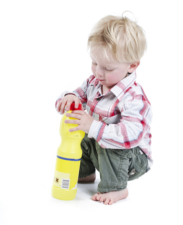 Neugierigem Kind droht Gefahr durch Vergiftung