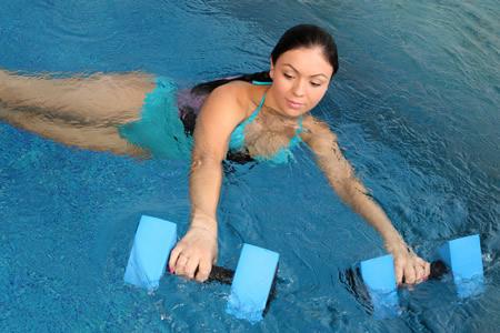 Schwangere haellt sich mit Schwimmen in Bewegung