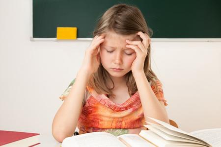 Gestresstes Mädchen über seinen Schularbeiten